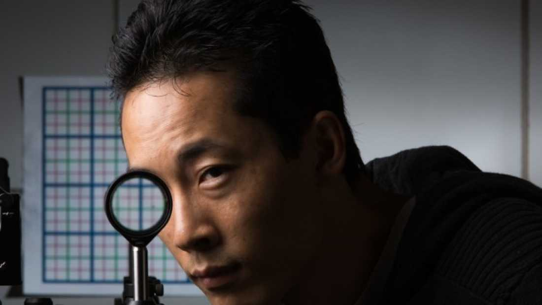 2274 Researchers Make 'Invisibility Cloak' From Ordinary Lenses